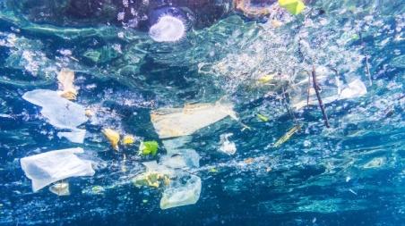 plastiktueten-flaschen-und-becher-im-meer-bis-zu-500-000-tonnen-plastikmuell-landen-jedes-jahr-in-den-meeren-